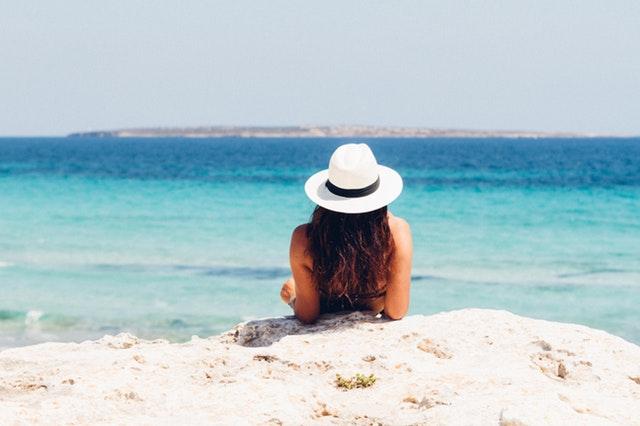 žena opalujúca sa na pláži