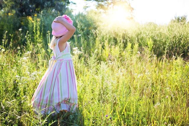 Dievča stojí v tráve.jpg