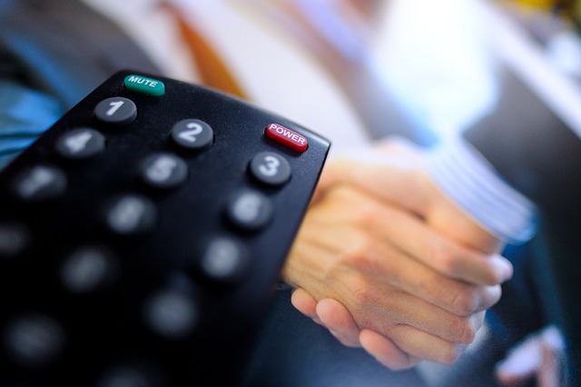 Diaľkový ovládač, TV, podanie rúk.jpg