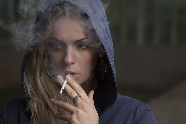 Mladá žena s cigaretkou.jpg