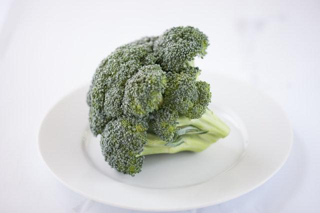 Surová brokolica na bielom tanieri.jpg