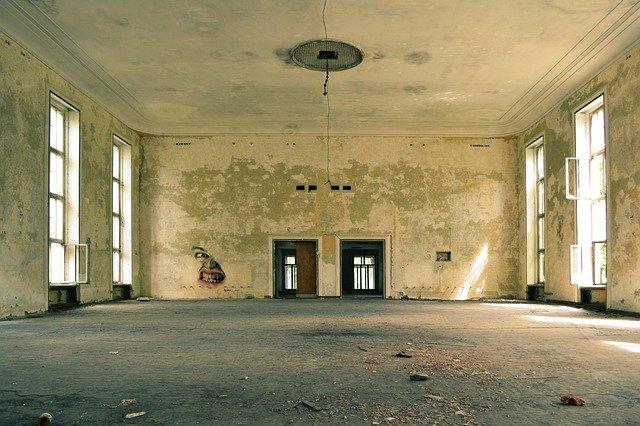 Starý interiér domu pred rekonštrukciou.jpg
