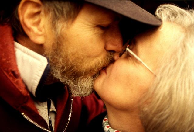 Starší milenecký pár, brada, čiapka.jpg
