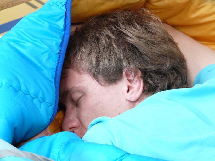 Spiaci muž v posteli