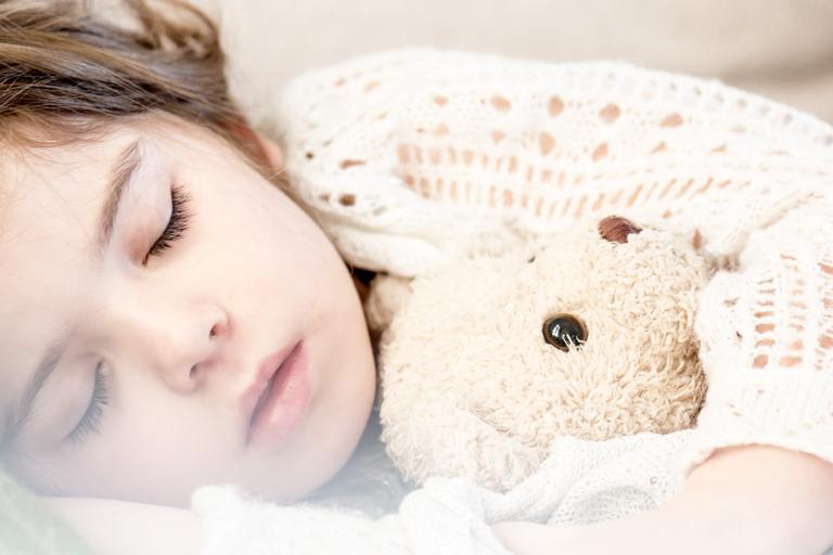 Dieťa spí s hračkou