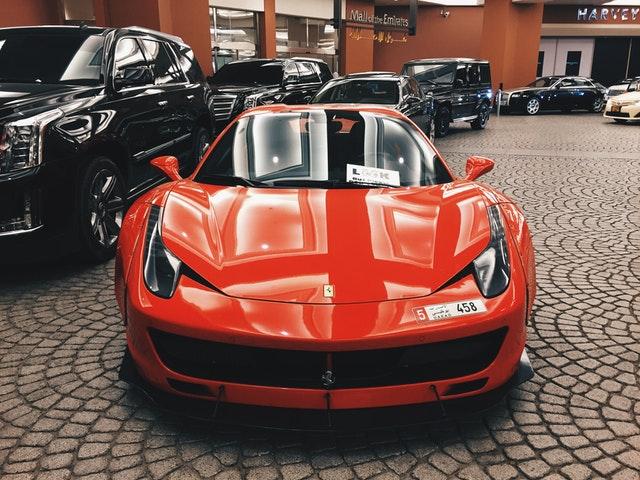 červené športové auto